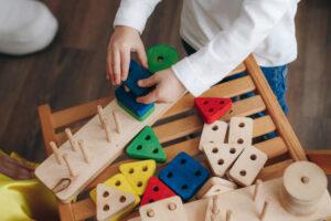 Lesene pisane otroške igrače iz otroške trgovine z igračami